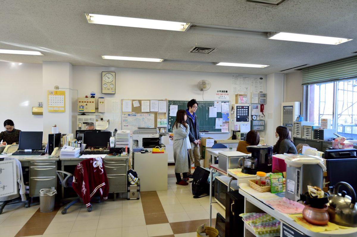 写真:コラム【親代わり4:児童養護施設の職員たち】のアイキャッチ画像(施設の職員室)