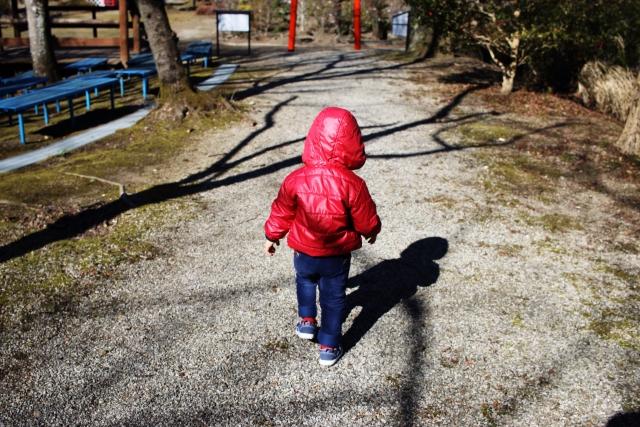 写真:コラム【親代わり3:児童養護施設での暮らし】のアイキャッチ画像(庭で遊ぶ子ども)
