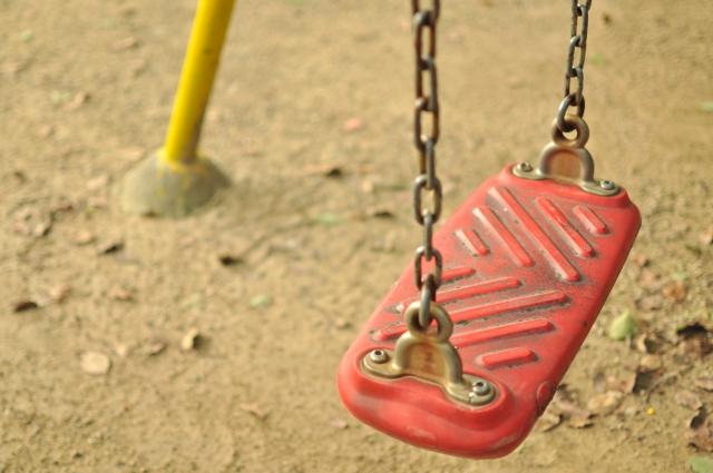 写真:コラム【児相2:児童相談所の人事事情】のアイキャッチ画像(公園のブランコの椅子)
