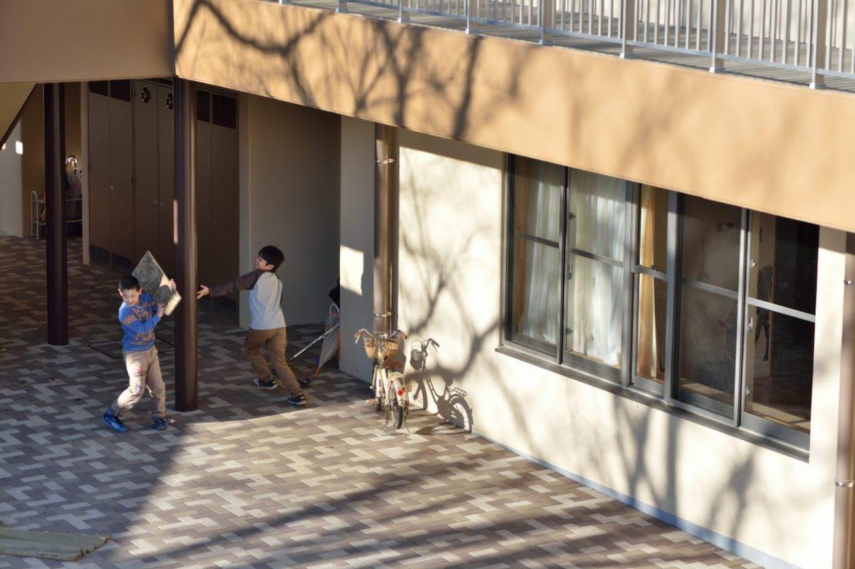 写真:コラム【親代わり2:児童養護施設のいま】のアイキャッチ画像(児童養護施設の庭で遊ぶ子どもたち)
