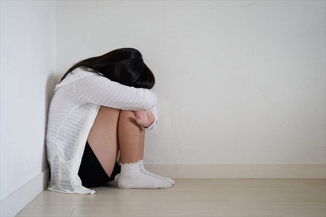 コラム【子ども虐待1:虐待の内容】のアイキャッチ画像(うつむく少女)