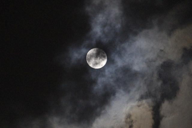コラム【子ども虐待3:虐待が子どもの成長に及ぼす影響】のアイキャッチ画像(雲に隠れる月)